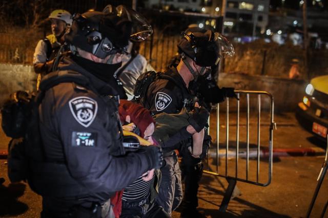 İsrail askerinin ters kelepçe taktığı Filistinli müzisyen, sorduğu sorularla gündem oldu