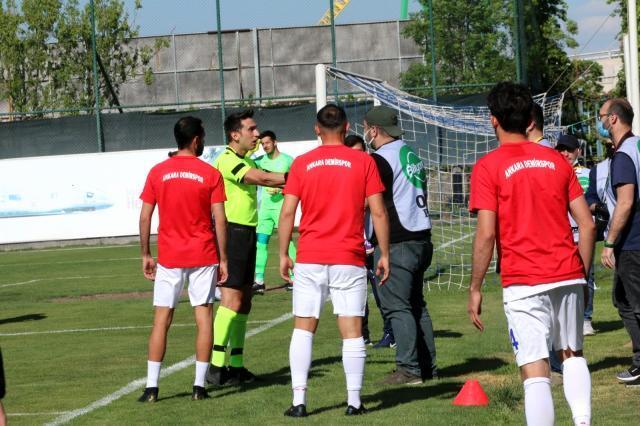 Ankara'da skandal görüntüler! Futbolcular maçı bırakıp basın mensuplarına saldırdı