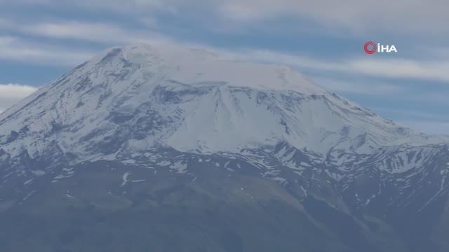 Beyaz örtüyle kaplanan Ağrı Dağı ihtişamıyla göz dolduruyor