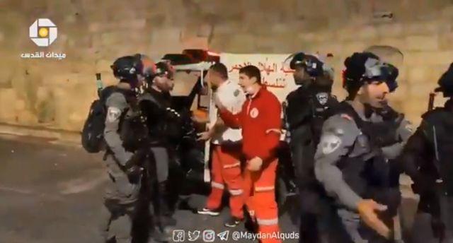 Savaşın bile kuralına uymuyorlar! İsrail polisinin sağlık ekiplerini darp ettikleri an kamerada