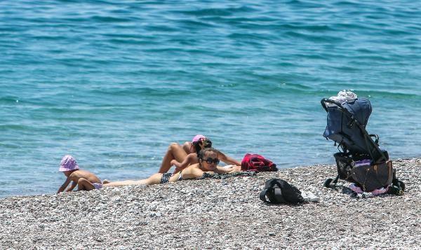 Turistlerin boş sahilde denize keyfi