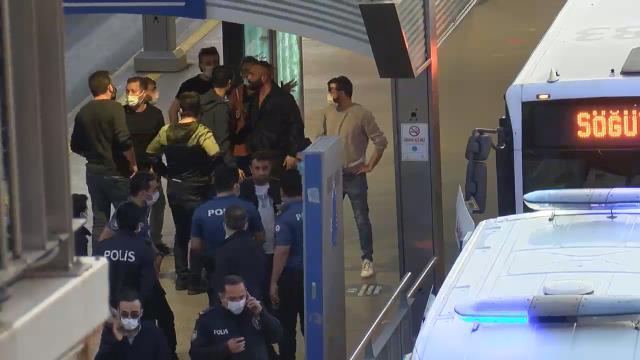 Son Dakika: Haramidere'de metrobüsü rehin alan şahıs, araçtan indirilerek gözaltına alındı