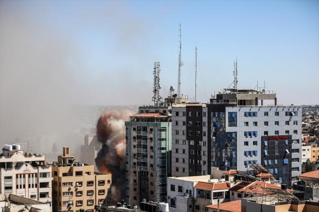 Son Dakika! İsrail, Gazze'de uluslararası televizyonların bulunduğu 13 katlı bir binayı vurdu