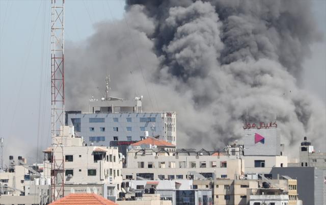 Son dakika! İsrail'in Gazze'deki medya binasını vurma anı kameralara saniye saniye yansıdı
