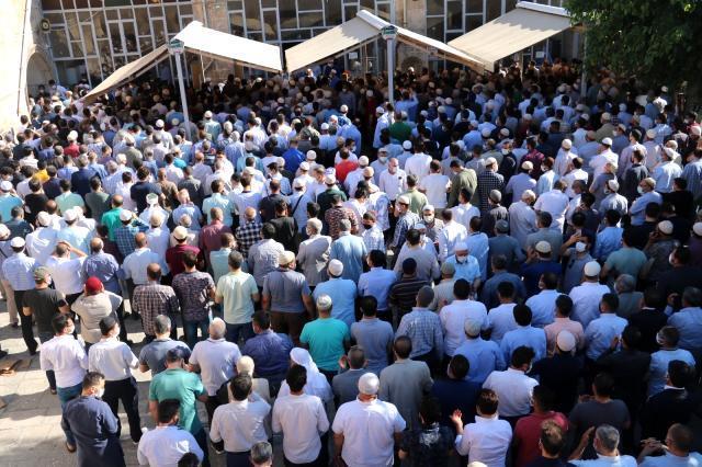 Koronavirüsten hayatını kaybeden kanaat önderini Şanlıurfa'da yüzlerce kişi uğurladı