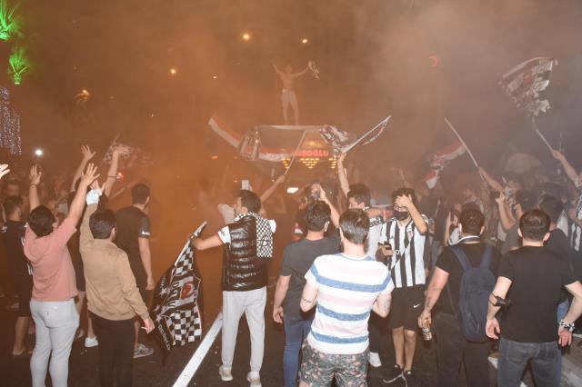 Şampiyonluğu coşkuyla kutlayan Beşiktaş taraftarına Bakan Koca'dan uyarı: Riskten uzak duralım