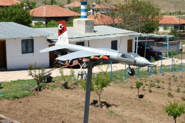 Yozgatlı vatandaş yaptığı F-16 maketini 5 bin TL'ye satışa çıkardı
