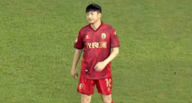 Çinli iş adamı kulüp satın alıp kendisini 10 numara, 126 kilo olan oğlunu ise forvet yaptı