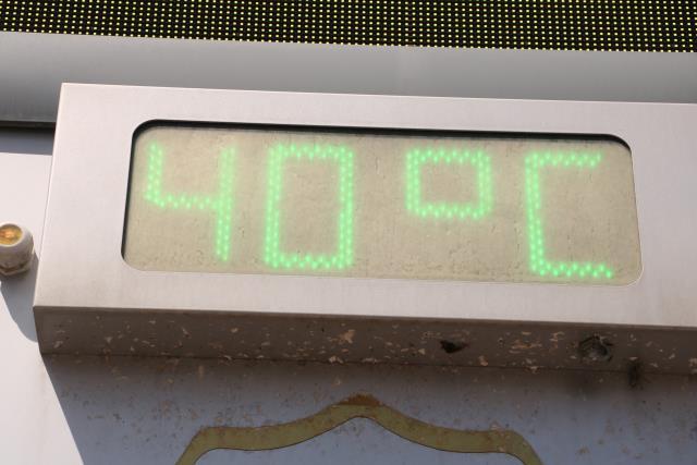 Termometreler 40 dereceyi gördü...Sıcak hava bunalttı, vatandaşlar gölgelik alanlara akın etti