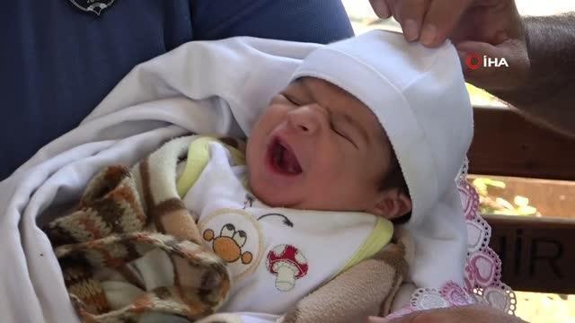 Annesinin kaldırma bıraktığı bebeğe polis sahip çıktı