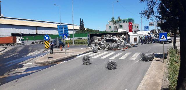 Devrilen kamyonda yüklü hurdalar yola saçıldı: 1 yaralı