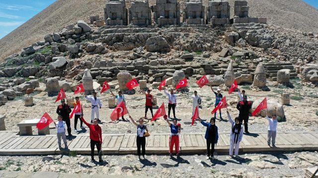 Milli sporcular Nemrut'un zirvesinde İstiklal Marşı okudu