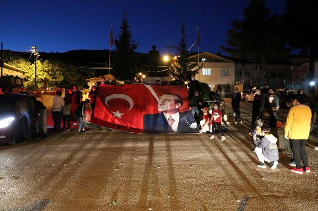 Taşova'da dev Türk bayrağı ve Atatürk posteri ile 19 Mayıs kutlaması
