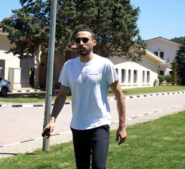 Cenk Tosun'dan futbolu Beşiktaş'ta bırakma cevabı: 'Burası benim evim. Neden olmasın?'