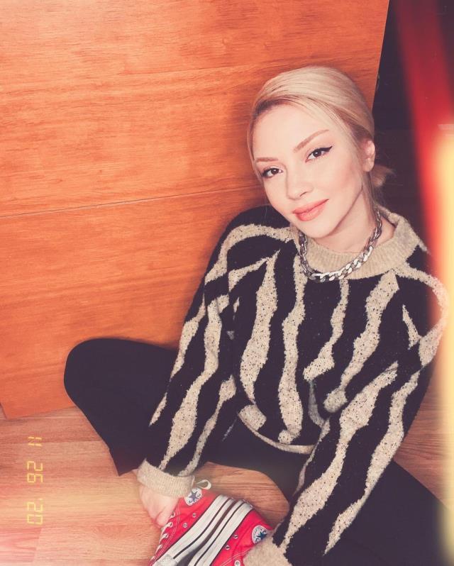 Şarkıcı Ece Seçkin, Instagram'dan peş peşe iç çamaşırsız pozlarını paylaştı