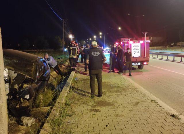 Amasya'da duvara çarpan otomobildeki 3 kişi yaralandı