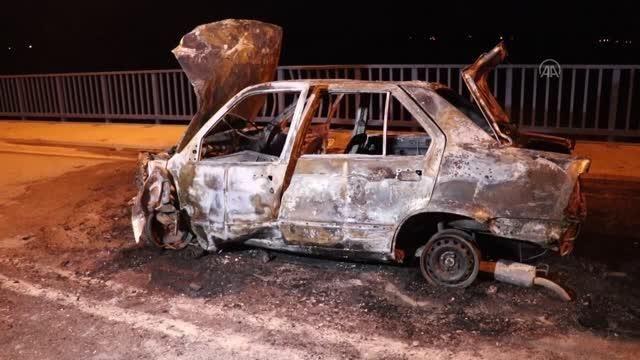 Köprü korkuluğuna çarpan otomobilde yangın çıktı: 2 yaralı