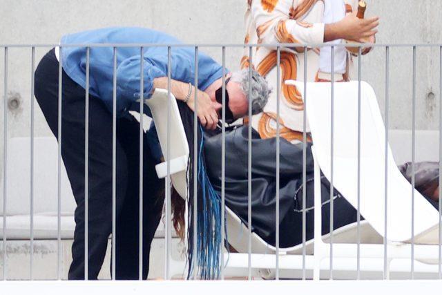 Rita Ora, Taiki Waititi ve Tessa Thompson ulu orta yerde birbirini öpücüklere boğdu