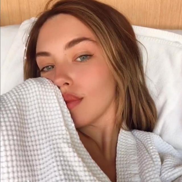 Tatile giden Aygün Aydın, duş aldığı sırada çektiği videoyu sosyal medya hesabından paylaştı