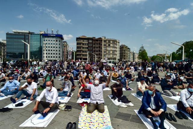 Açılışını Cumhurbaşkanı Erdoğan yapacak! Taksim Camii'sine sığmayan kalabalık meydanı doldurdu