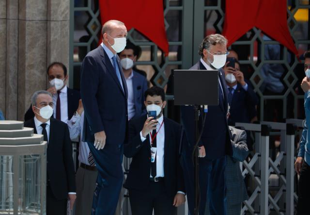Açılışını Cumhurbaşkanı Erdoğan yaptı! Taksim Camii'ne sığmayan kalabalık meydanı doldurdu