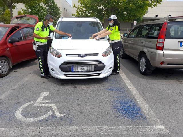 Engelli park yerlerine araç koyanlara ceza kesiliyor
