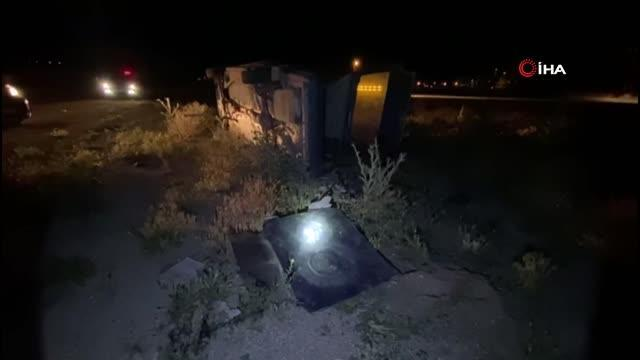 Kontrolden çıkan otomobil tabelaya çarpıp orta refüje devrildi