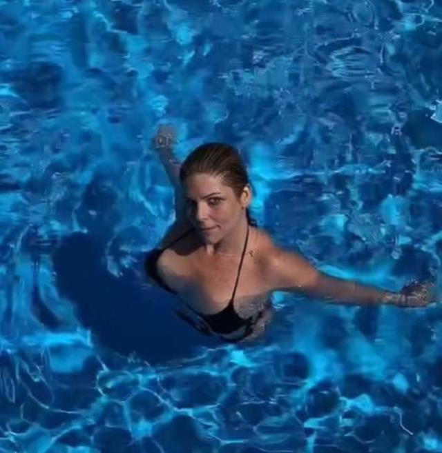 93 kilo veren Pelin Öztekin'den havuzda bikinili paylaşım