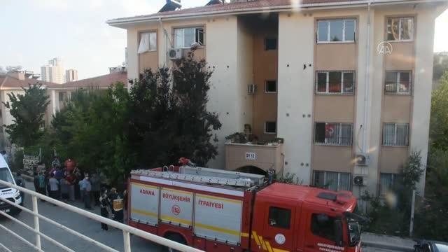 Bir apartmanda çıkan yangında 3 kişi dumandan etkilendi