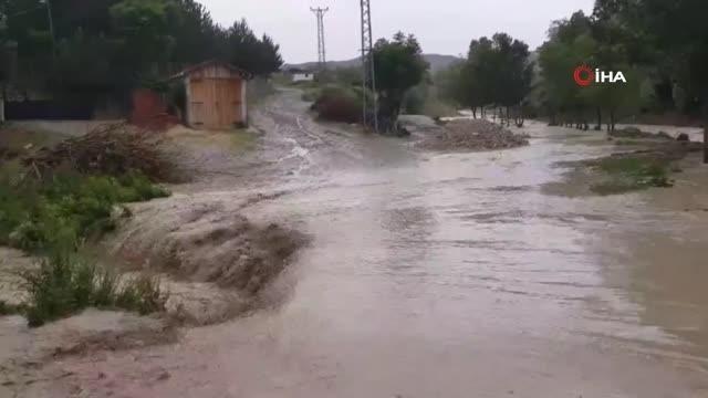 Sağanak yağış dereyi taşırdı