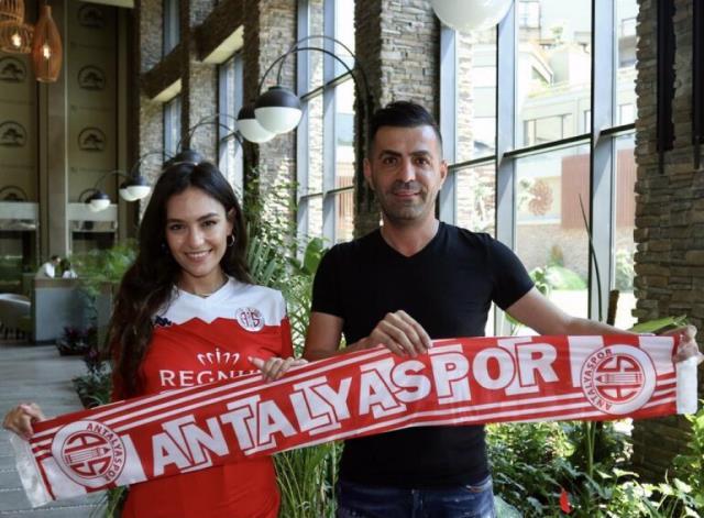 Tatil için Antalya'yı tercih eden güzel spiker Eva Murati'nin cesur pozlarına beğeni yağdı