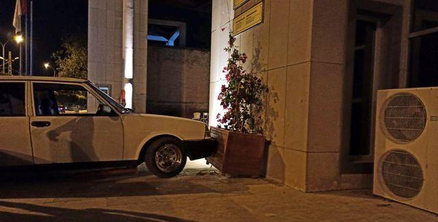 Drift atarken direksiyon hakimiyetini kaybedip müze duvarına çarptı
