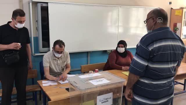 İskenderun - Vatandaşlar muhtarlık seçimi için sandık başında