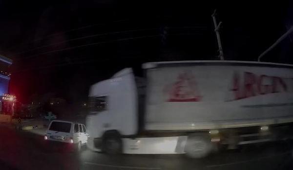 Son dakika haberi   TIR'ın otomobili altında sürüklediği kaza kamerada