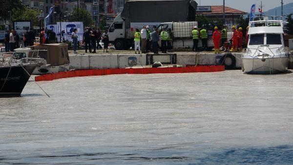 Çanakkale'de ilk gün denizden 17 ton müsilaj çekildi