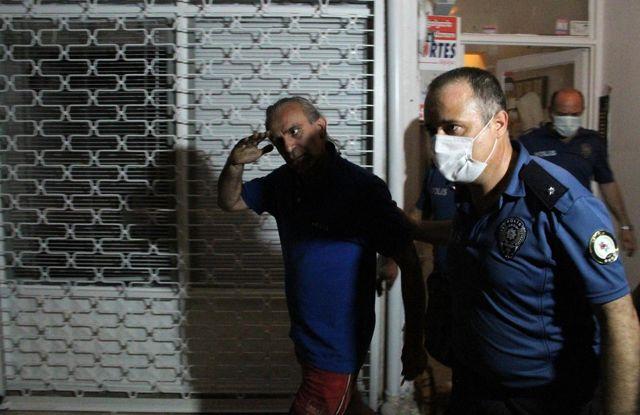 Son dakika haber: Balkonda ateş yakıp kendini eve kilitledi, çıkarken kalabalığı selamladı