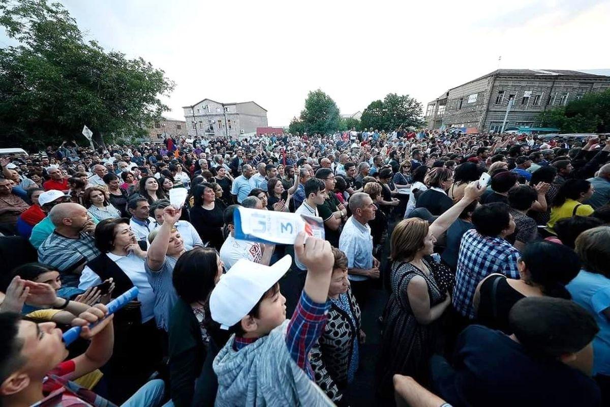 Ermenistan Başbakanı Paşinyan, Azerbaycan'dan oğluna karşı tüm Ermeni esirleri geri istedi thumbnail