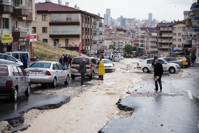 Son Dakika: Başkent yağmura teslim! Caddeleri sel bastı, araçlar sürüklendi