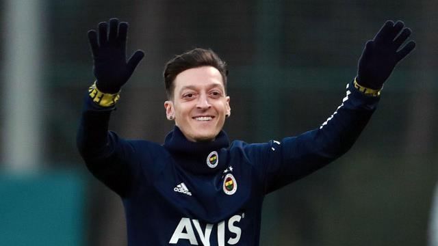 Mesut Özil'den taraftara mesaj: Avrupa'da başarıdan başarıya koşacağız