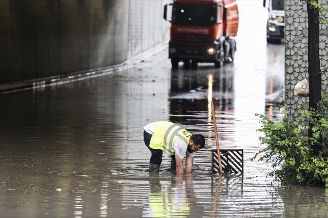 Ankara yine sele teslim! Sağanak yağmur, su baskınlarına yol açtı