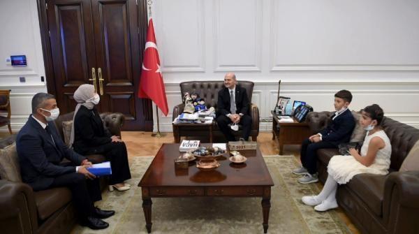 Son dakika haber   Bakan Soylu, Batman'da Türk bayrağını öpen çocuklarla bir araya geldi