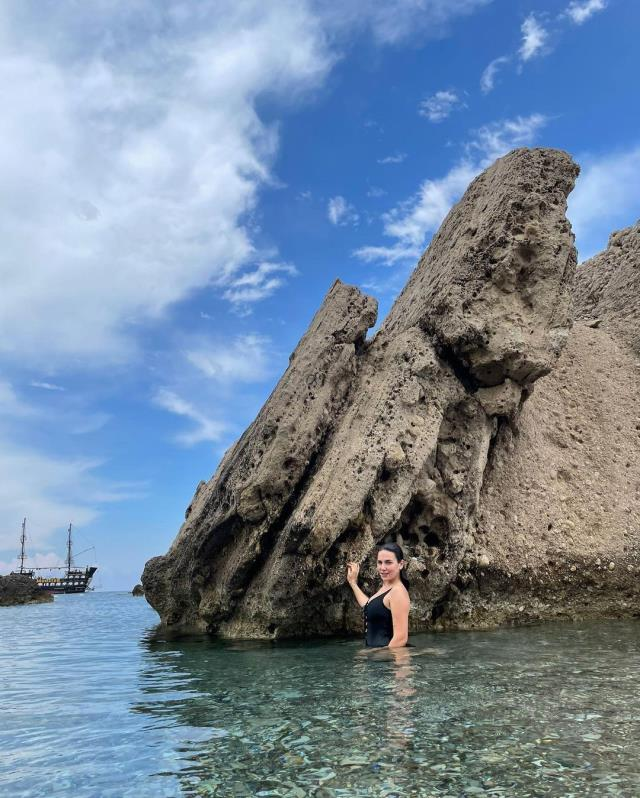 Deniz sezonunu açan Buse Varol, peş peşe mayolu pozlarını paylaştı