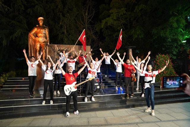 Halk bandosundan 'bizim çocuklar'a marşlı klipli destek: 'Bizim Çocuklar'