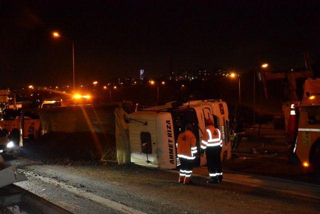 Kağıthane'de hafriyat kamyonu devrildi: 1 yaralı