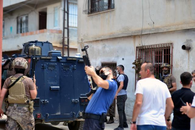 Mahalleyi karıştıran olay! Çatıya çıkıp sağa sola ateş açan kişiyi linçten polis kurtardı