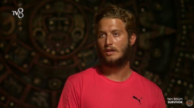 Survivor 2021'de şaşkına çeviren olay! Berkay, mavi takımdakilerin yerine kendi takımındaki yarışmayı eleme adayı yaptı