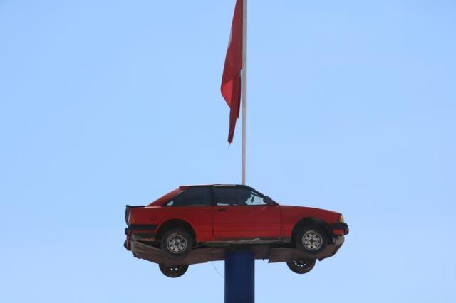 1984 model otomobili iş yerinin çatısına koydu! Gören dönüp bir daha bakıyor