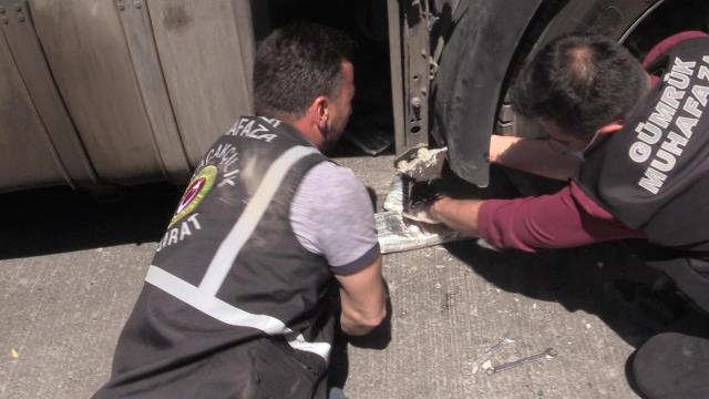 Yabancı plakalı tırın çamurluklarında 30 kilo 468 gram afyon sakızı ele geçirildi