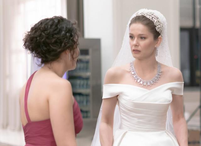 Camdaki Kız dizisinde Nalan'ın giydiği gelinliğe talep yağdı! İşte özel tasarımın fiyatı