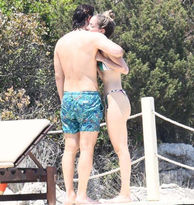 Tatil sezonunu açan Birkan Sokullu ve sevgilisi birbirini öpücüklere boğdu